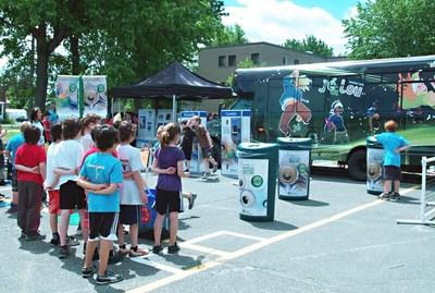 Consignaction encourage les jeunes à récupérer grâce à un programme dans les écoles du Québec. La tournée Jé&Lou Consignaction se tient du 15 avril 2018 au 23 juin et se poursuit dès la rentrée scolaire 2018. Pour s'inscrire: http://lacbr.tv/ (Groupe CNW/CONSIGNaction)