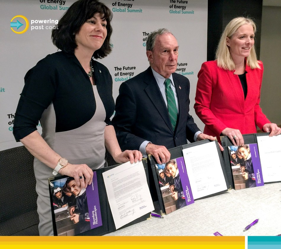 Canada's Minister of Environment and Climate Change, Catherine McKenna, the United Kingdom's Minister of State for Energy and Clean Growth, Claire Perry, and the head of Bloomberg Philanthropies and the UN's Special Envoy for Climate Action, Michael Bloomberg, hold signed letters to welcome Bloomberg Philanthropies as a new partner to the Powering Past Coal Alliance, at the Bloomberg Future of Energy Summit. (CNW Group/Environment and Climate Change Canada)