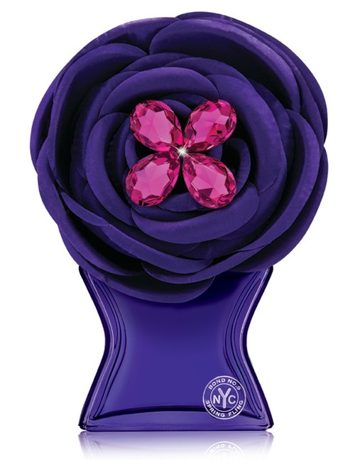 Legenda: Lançando a edição limitada do Spring Fling Swarovski da Bond No. 9 para o Dia das Mães. O Spring Fling, o mais novo eau de parfum da Bond No. 9, é um floral feminino vivaz que celebra a cidade em flor. Notas: lírio do vale, flor-da-paixão, madressilva, jasmim, âmbar de frésia e almíscar. A edição limitada do Spring Fling Swarovski da Bond No. 9 chega aos balcões das lojas a tempo para o Dia das Mães e terá um preço de varejo de $ 475 nas Butiques de Nova York da Bond No. 9, na Saks Fifth Avenue em todo o país, em lojas selecionadas da Bloomingdales, na Harrods Reino Unido e em www.bondno9.com.