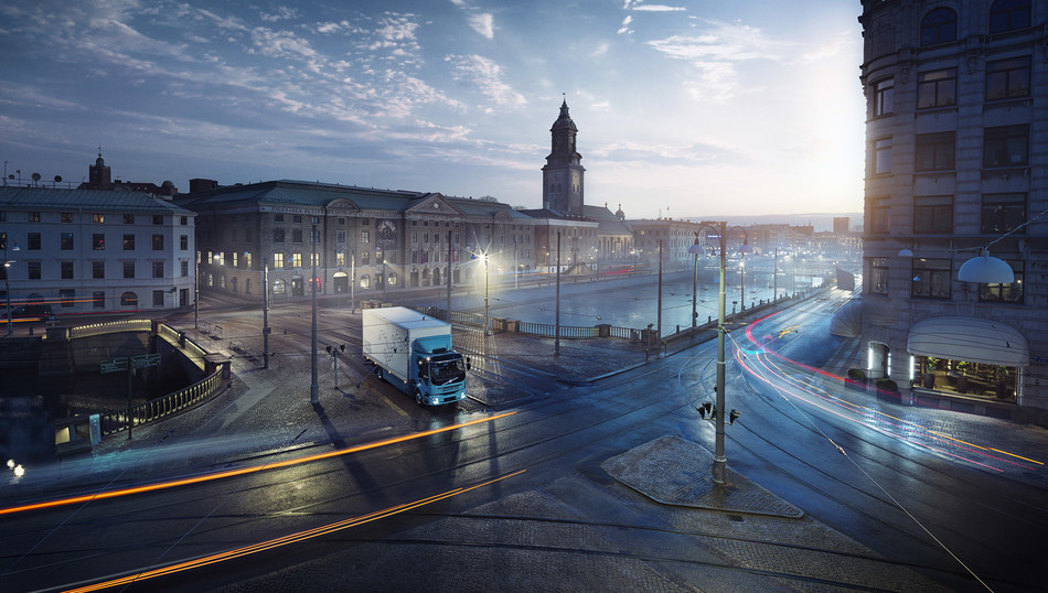 No traffic queues – the electric truck's low noise level opens the door to cargo transport at night and early in the morning. (PRNewsfoto/Volvo Trucks)