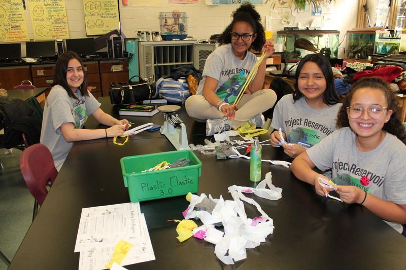 Estudiantes ganadores reciben dinero por defender la ecología en el Lexus Eco Challenge.