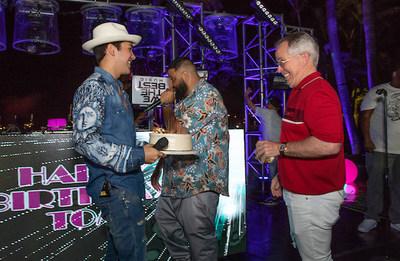 (Desde la izquierda), los artistas Austin Mahone y DJ Khaled con Thomas J Henry Sr.