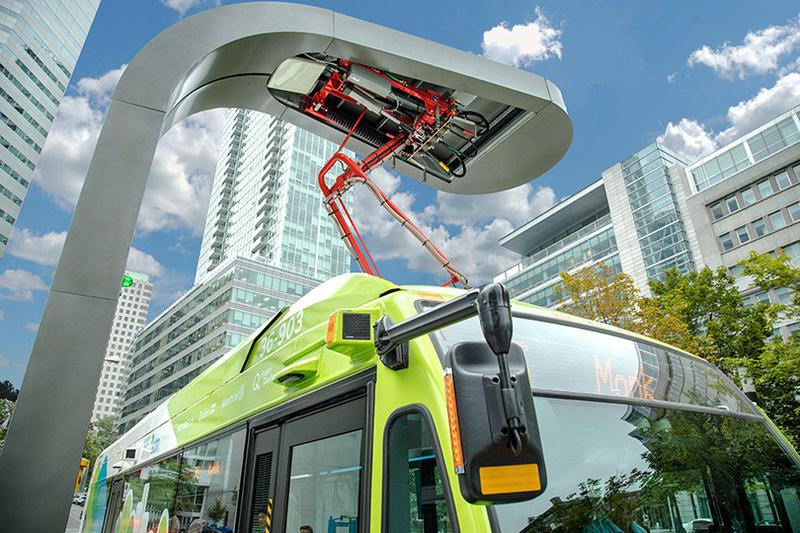 Le Nova LFSe 100% électrique est conçu à partir de notre plateforme LFS éprouvée et intègre une puissante technologie de propulsion électrique. Les avantages offerts par cette solution de transport durable sont nombreux : une expérience inégalée pour le conducteur comme pour les passagers, une portée d'exploitation continue avec des infrastructures dédiées, une réduction importante du niveau de bruit et une motorisation qui n'émet aucune émission. (Groupe CNW/NOVA BUS)