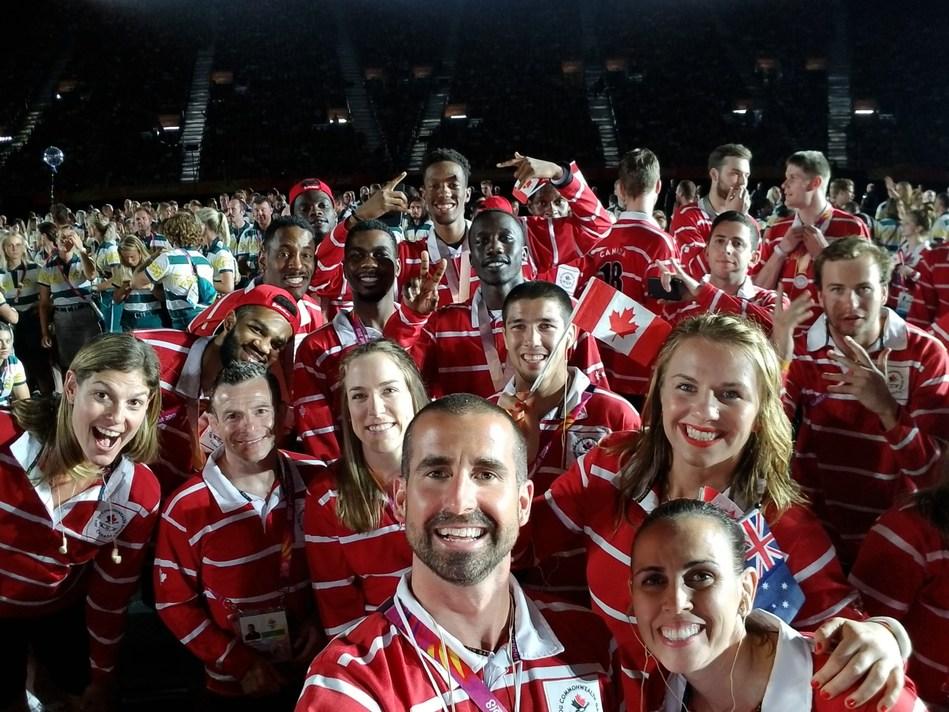 """La Chef de mission Claire Carver-Dias, accompagnée du Chef de mission adjoint Benoit Huot et la porte-drapeau Erica Wiebe prennent un """"selfie"""" lors de la Cérémonie de clôture des Jeux du Commonwealth à Gold Coast, Australie. (Groupe CNW/Association canadienne des Jeux du Commonwealth)"""