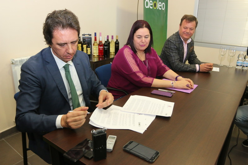 Left: Pierluigi Tosato, Deoleo chairman and CEO, second from Left: Begoña García Bernal, counselor of Agriculture and Environment of Extremadura's Government and far Right: José Luis Gordillo, chairman of Viñaoliva.