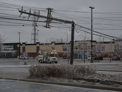 Broken pole in Ottawa, April 16, 2018. (CNW Group/Hydro Ottawa Holding Inc.)