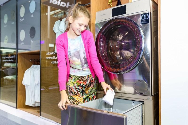 Haier presenta la primera máquina del mundo para lavado de calzado deportivo en el hogar, en la 123.a Feria de Cantón (PRNewsfoto/Haier)