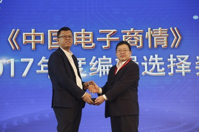 Henry Huang (left), Microsemi's regional sales manager of South China, accepted the CEM magazine's 2017 Editor's Choice Award from Chen Wenhai (right), general manager, China Electronic Appliance Corporation and publisher, China Electronic Market.