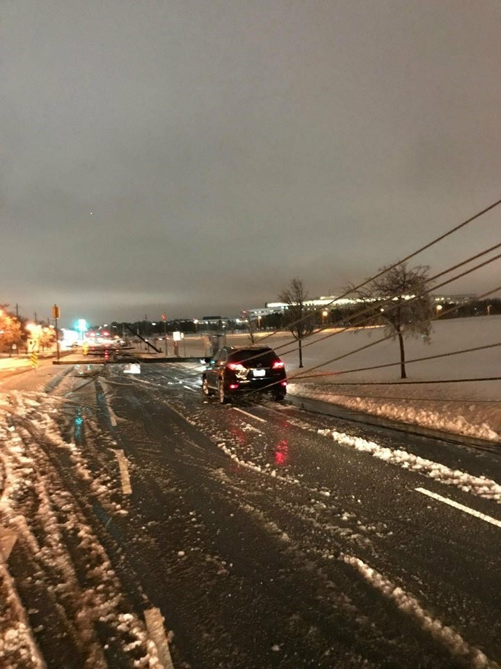 High winds and freezing rain caused powerlines to come down across the city. (CNW Group/Toronto Hydro Corporation)