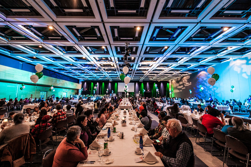 Près de 500 personnes des organismes Le Pignon Bleu, Moisson Québec et YWCA Québec ont pu déguster gratuitement un repas gastronomique au Centre des congrès de Québec, le dimanche 15 avril 2018, à l'occasion de l'événement Cuisinez au suivant. Ce projet de cuisine sociale, réalisé en collaboration avec Québec Exquis!, Desjardins et des chefs invités de la ville Québec, a fait bien des heureux! (Groupe CNW/Société du Centre des congrès de Québec)