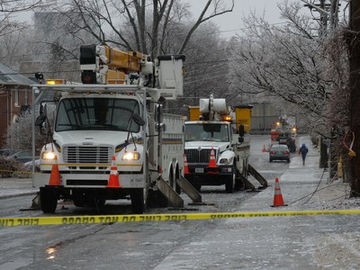 Hydro Ottawa crews work on Clarendon Avenue after a winter ice storm caused havoc in the nation's capital April 16, 2018. (CNW Group/Hydro Ottawa Holding Inc.)
