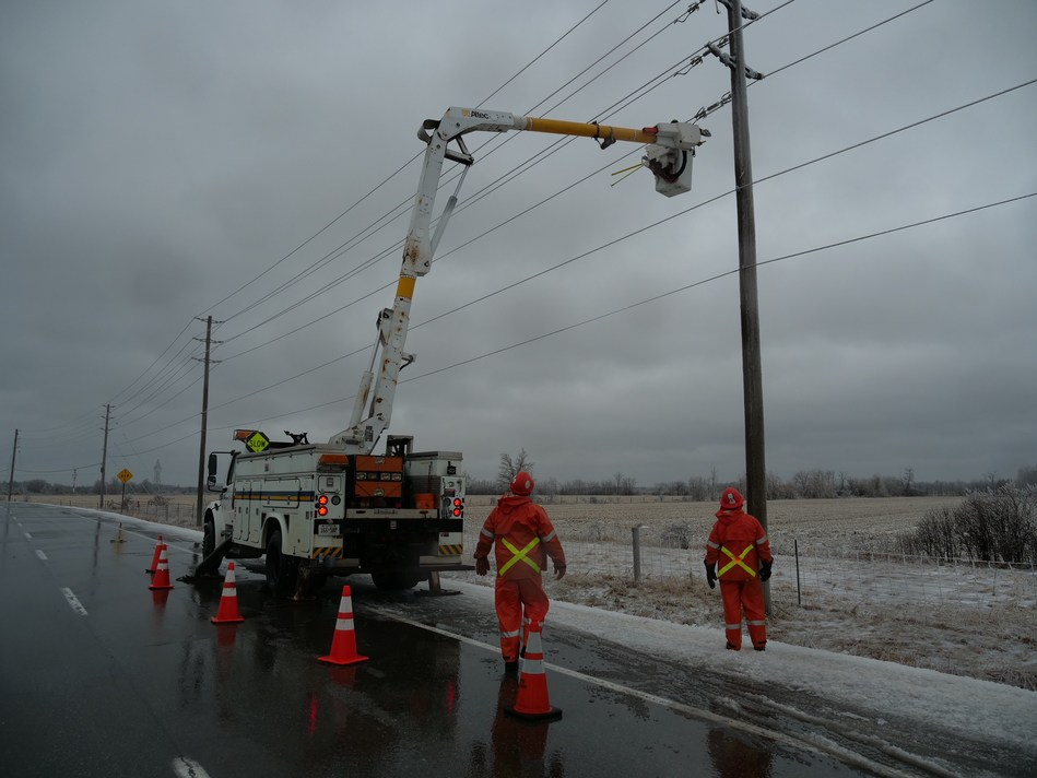 Hydro Ottawa workers continue to restore power after devastating freezing rain. (CNW Group/Hydro Ottawa Holding Inc.)