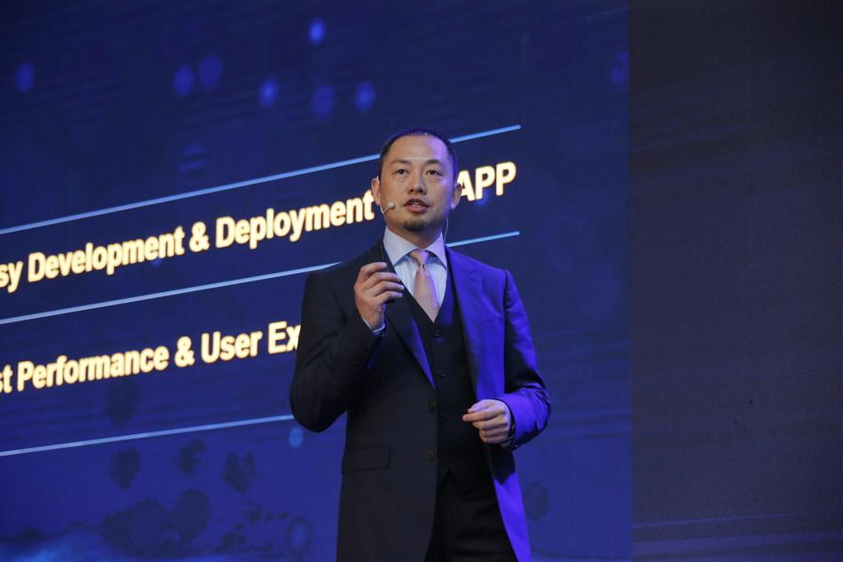 Heng Qiu, responsable du marketing pour le groupe d'affaires d'entreprise Huawei, a prononcé un discours liminaire lors du Sommet mondial des analystes de Huawei 2018 (PRNewsfoto/Huawei)