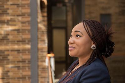 """On peut changer nos collectivités : """"Lorsque je suis arrivée au Canada, Centraide m'a aidée à assurer la sécurité et les soins de mon garçon pendant que j'allais à l'école. Maintenant, je redonne à la collectivité afin que d'autres puissent réussir tout comme moi, Olay Omodara, responsable principale, Traitement des comptes, championne Un pour tous, Toronto, Banque CIBC. (Groupe CNW/Banque CIBC)"""