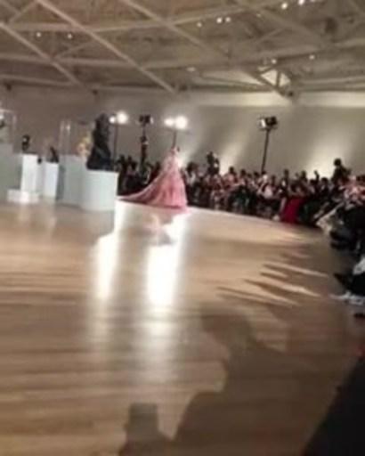 La modella Maya Henry apre la sfilata di Alta Moda di Dolce & Gabbana a Città del Messico