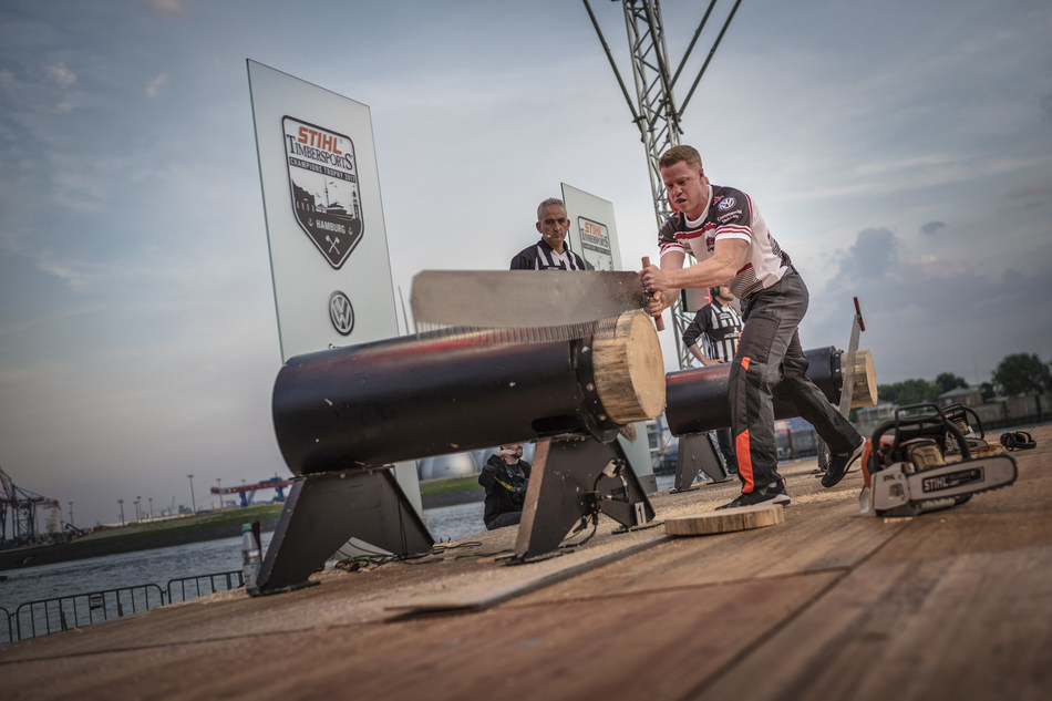 Stirling Hart performing the Single Buck at the STIHL TIMBERSPORTS Champions Trophy 2017 competition in Hamburg (CNW Group/STIHL TIMBERSPORTS)