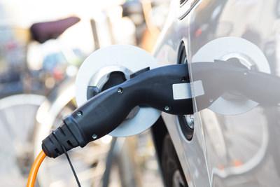 Un véhicule électrique en train d'être rechargé. (Groupe CNW/Ville de Laval)