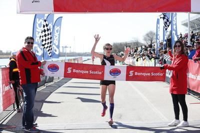 Sasha Gollish de Toronto, Ontario a terminé en première position chez les femmes au demi-marathon de la course Banque Scotia 21k de Montréal. Crédit : Inge Johnson/Canada Running Series (Groupe CNW/Scotiabank)