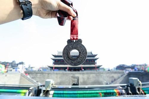 Medalha da Maratona Internacional de Xi'an 2018 no formato do jade da China antiga, dinastia Han Ocidental. (PRNewsfoto/Xi'an International City Wall M)