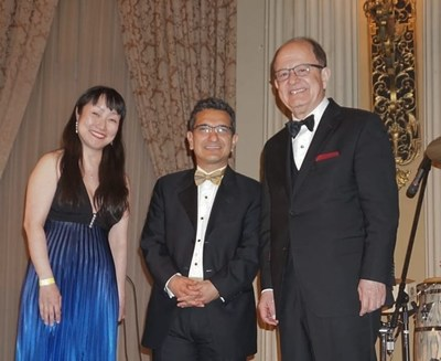 From the left: Drs. Vicky Yamamoto (Executive Director of SBMT and member of the board of BMF; chair of the award committee), Babak Kateb (Chairman CEO of SBMT and President of BMF) and C. L. Max Nikias (USC President).