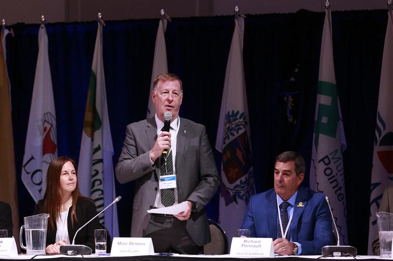 M. Demers, maire de Laval entouré de Virginie Dufour, membre du comité exécutif de la Ville de Laval et de Richard Perreault, maire de Blainville au Forum sur le mobilité et transport collectif. (Groupe CNW/Forum sur la mobilité et le transport collectif)