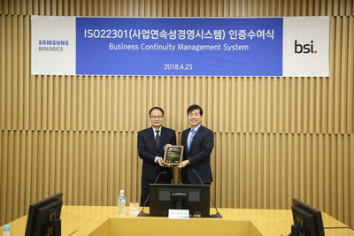 Tae Han Kim, CEO of Samsung BioLogics, is receiving ISO certificate from Jongho Lee, CEO of BSI Korea.