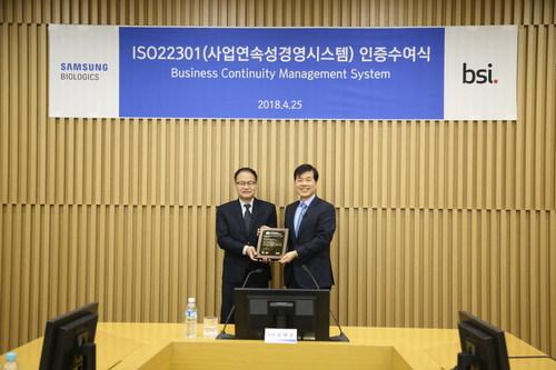 Tae Han Kim, CEO of Samsung BioLogics, is receiving ISO certificate from Jongho Lee, CEO of BSI Korea.