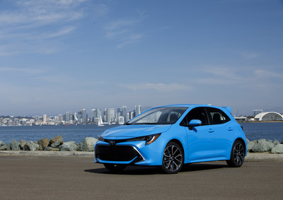 El vehículo pequeño más reciente, elegante y tecnológicamente avanzado de Toyota, el totalmente nuevo Corolla Hatchback 2019, se adueña de las calles en la costa del condado de San Diego County