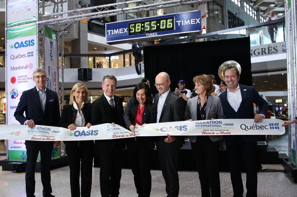 La mairesse de Montréal, Mme Valérie Plante, inaugure la nouvelle mouture du Marathon en compagnie du producteur et directeur de course Dominique Piché (extrême droite) et des partenaires de l'événement (Groupe CNW/Marathon international Oasis de Montréal)