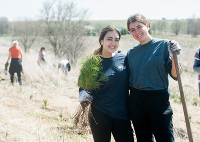 Forests Ontario's annual Community Tree Plant kicked off the planting season once again with planting events across the province. 5600 trees were planted by 800 volunteers. (CNW Group/Forests Ontario)