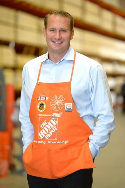 Jeff Kinnaird, président de Home Depot, remporte le Prix du détaillant par excellence de l'année 2018 dans le cadre des Prix d'excellence dans le commerce de détail du CCCD. (Groupe CNW/Conseil canadien du commerce de détail)