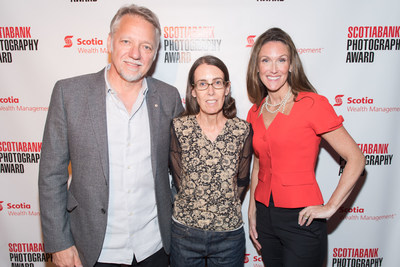 Moyra Davey (centre), winner of the 2018 Scotiabank Photography Award, with Edward Burtynsky, Co-founder of the award, and Jacquie Ryan, Vice President, Sponsorship and Philanthropy at Scotiabank. (CNW Group/Scotiabank)