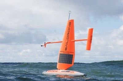 Veículo de superfície não tripulado (USV – unmanned surface vehicle) da Saildrone coletando dados do oceano no Pacífico