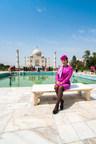 WOW air annonce sa première route vers l'Inde. À compter du 6 décembre, les Canadiens pourront voyager de Toronto et Montréal jusqu'à Delhi avec des vols aller simple à partir de 299 $ CAN. Sur la photo, une agente de bord WOW visite le Taj Mahal, l'une des Sept Merveilles du monde, situé à une courte distance de Delhi. (Groupe CNW/WOW air)