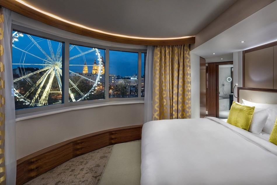 Executive Suite Bedroom Evening Kempinski Budapest (PRNewsfoto/Kempinski Hotel Corvinus)