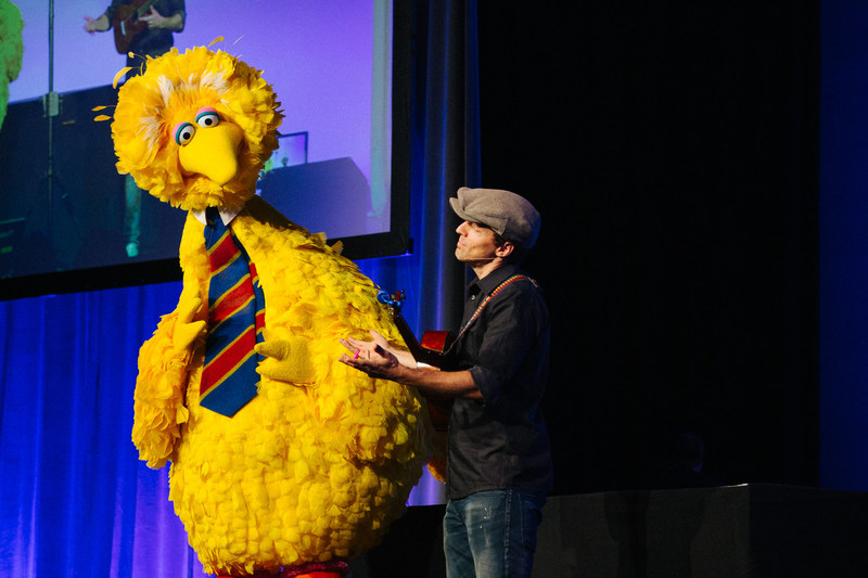 Jason Mraz and Big Bird at Center for Puppetry Arts' Puppets for Puppetry honoring Caroll Spinney in Hollywood on May 5th, 2018.