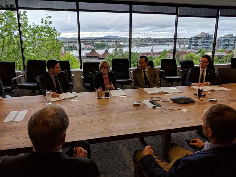 La ministre Qualtrough fait la promotion de l'industrie forestière canadienne lors d'une table ronde (Groupe CNW/Services publics et Approvisionnement Canada)