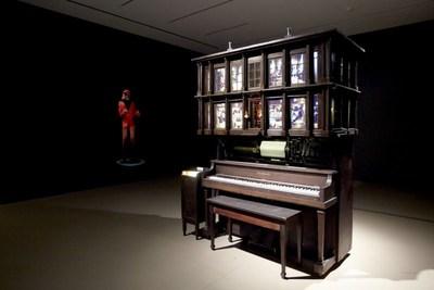 Graeme Patterson, Player Piano Waltz, 2013. Installation interactive, sonore et vidéographique, matériaux mixtes. Musique : Graeme Patterson. 213 x 152 x 122 cm. En cours d'acquisition. © Graeme Patterson (2018) (Groupe CNW/Musée d'art contemporain de Montréal)