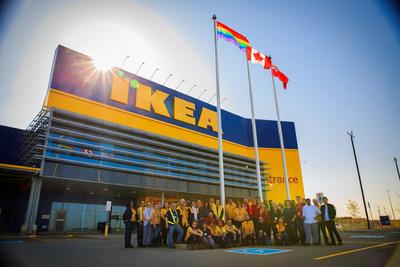 Les collaborateurs de IKEA hissent le drapeau aux couleurs de l'arc-en-ciel (Groupe CNW/IKEA Canada)