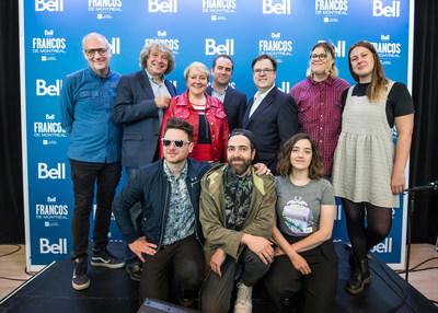 Laurent Saulnier, Alain Simard, Martine Turcotte, Geoff Molson, Jacques-André Dupont et quelques artistes qui participeront au spectacle de clôture du 30e anniversaire des Francos, lors de la conférence de presse du renouvellement historique de l'entente de partenariat entre les Francos et Bell pour 10 ans. (Groupe CNW/Bell Canada)