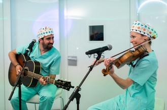 Alex Ubago and Sharon Corr during the concert (PRNewsfoto/Institut Marquès)