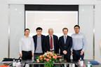 John McCallum, ambassadeur du Canada en Chine, en visite au siège d'Epet.com lors de la cérémonie d'ouverture de l'Enseigne canadienne