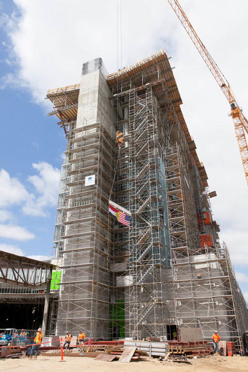 Raising the final beam on the new hotel tower during Sycuan Casino's Topping Off Celebration.