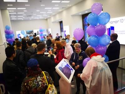 los entusiastas rusos se apresuran para conseguir su propio Honor 10 (PRNewsfoto/Honor)