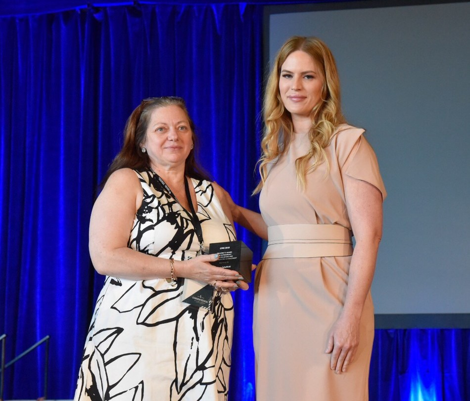 Anne Schofield (left) accepts the 2018 President's Award from CPRS National President Sarah Hanel in memory of her daughter Becca. (CNW Group/Canadian Public Relations Society)