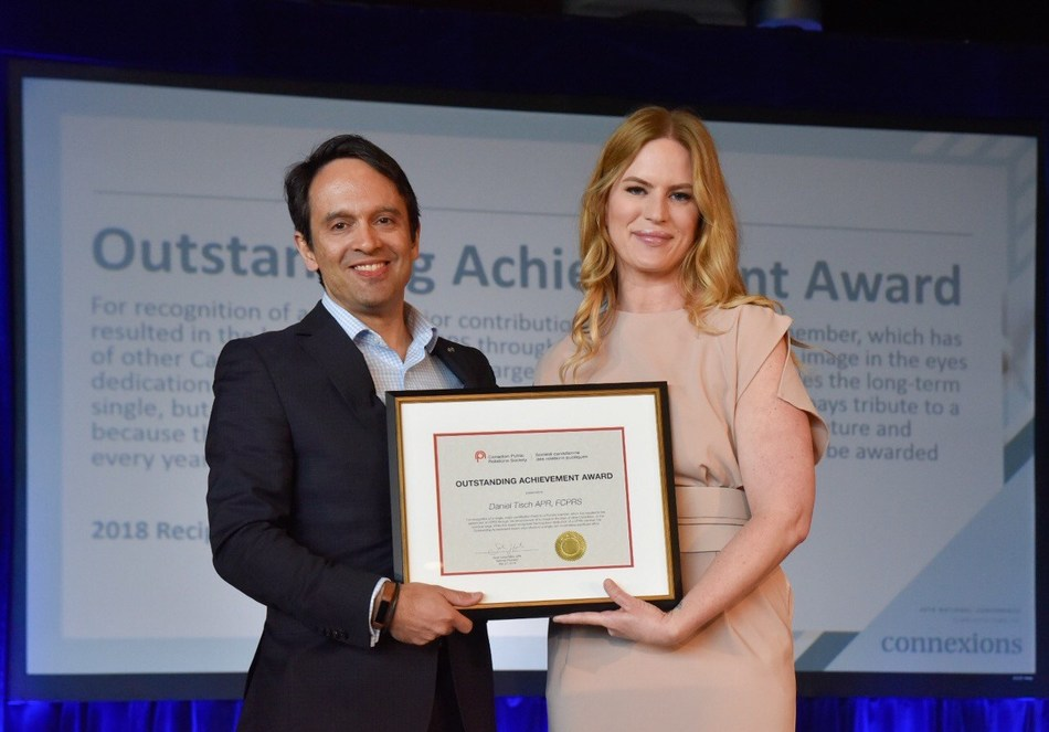 Daniel Tisch, APR, FCPRS receiving the 2018 Outstanding Achievement Award from CPRS National President Sarah Hanel, MBA, APR at Connexions, the 2018 CPRS National Conference, in Charlottetown. (CNW Group/Canadian Public Relations Society)