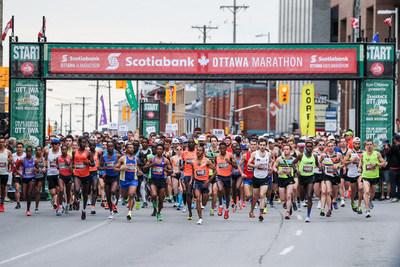Les coureurs prennent leur place au Marathon d'Ottawa Banque Scotia (Groupe CNW/Scotiabank)