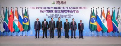 O presidente do NDB, K.V. Kamath, representantes sênior dos países do BRICS e o prefeito de Xangai na cerimônia de abertura da 3a reunião anual do NDB em Xangai, China, no dia 28 de maio de 2018 (PRNewsfoto/New Development Bank)