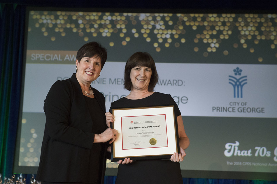 Kathleen Soltis accepting the 2018 Don Rennie Memorial Award from CPRS National President Dana Dean, APR, FCPRS. (CNW Group/Canadian Public Relations Society)
