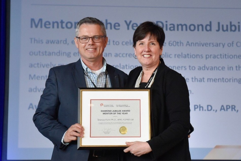 Terry Flynn, PhD, APR, FCPRS accepting the 2018 Mentor of the Year award from CPRS National President Dana Dean, APR, FCPRS. (CNW Group/Canadian Public Relations Society)